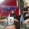 Van Facebook geplukt: Herman den Blijker voor een bliksembezoek aan visrestaurant 't Pakhuus in Oudeschild. Op de achtergrond twee werken van Gertjan Scholte-Albers (verzorgd door Galerie Posthuys)