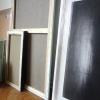 De schilderijen van Yves Beaumont staan klaar. Inrichten op donderdag 4 april 2013.